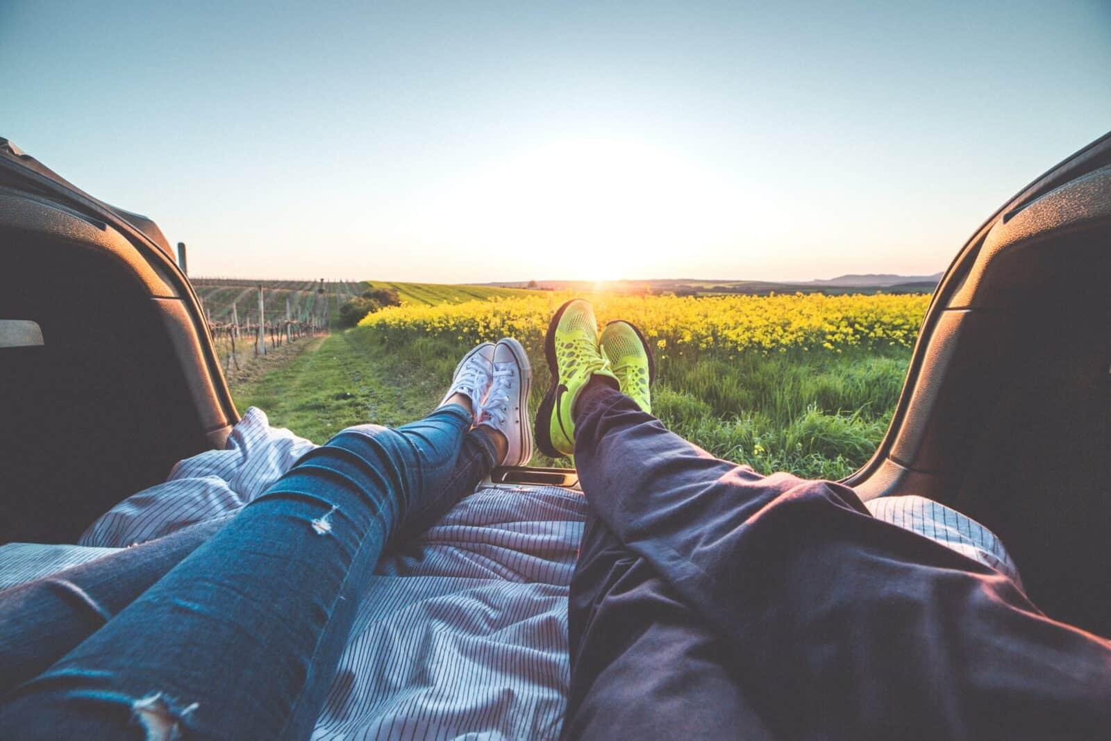 Im Auto Kofferraum schlafen mit Matratze und Decke