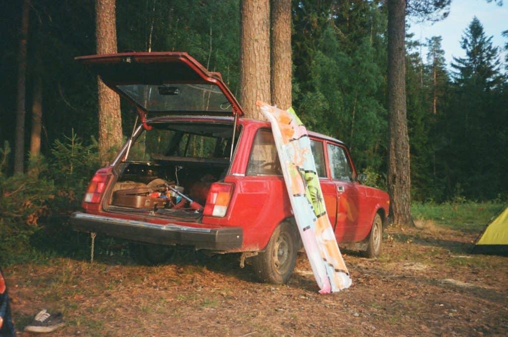 Altes Kombi-Auto zum schlafen