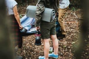 Camping mit Auto, Zelt und Matratze