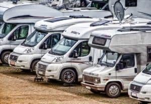 Viele Wohnmobile auf einem Campingplatz