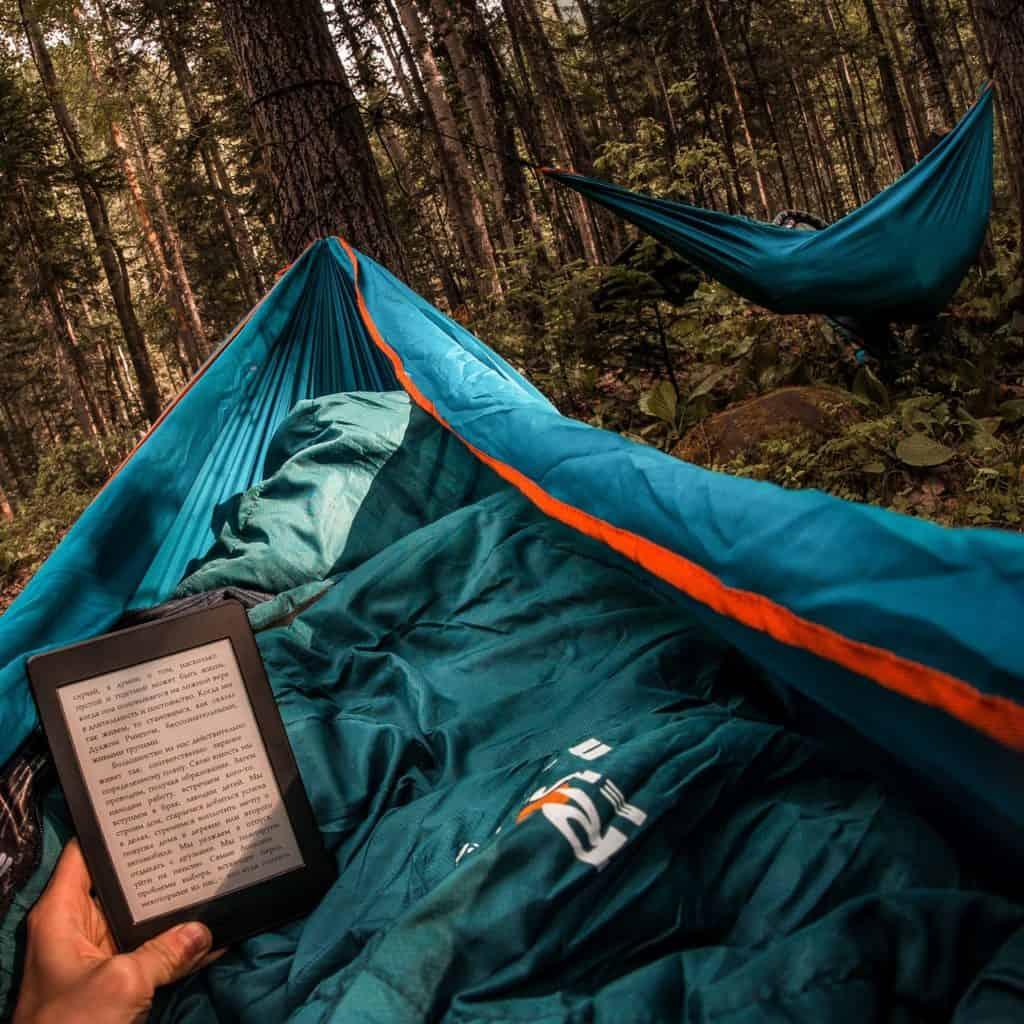 Hängematte im Wald mit eBook in Schlafsack