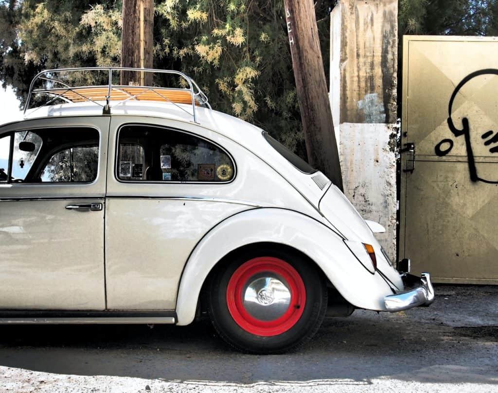 Kleiner VW Käfer mit Dachträger