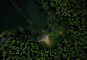 Wildcamping im Auto in der Seitenbucht einer Straße im Wald gegenüber einem See
