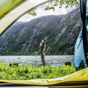 Wildcamping mit Zelt und aufwachen am See und Berg