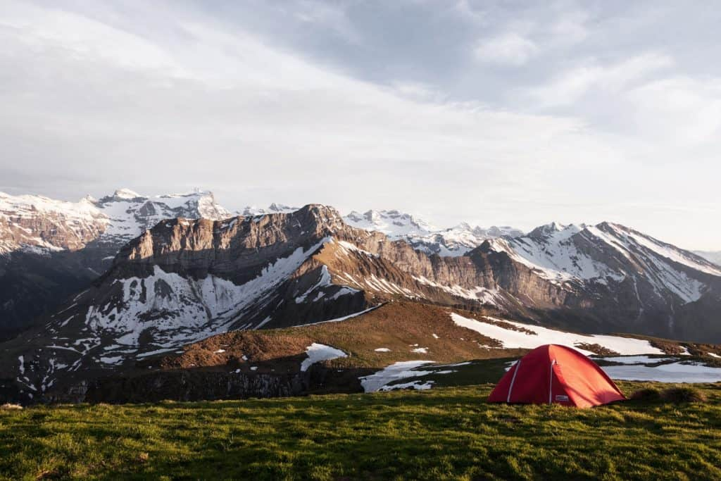 Wildcamping in den Bergen mit Zelt und schöner Landschaft