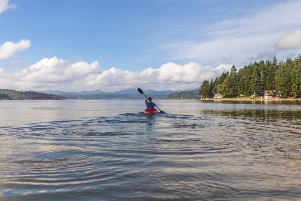 Kajak-Sport auf dem Wasser im See