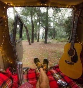 Schlafen im Kofferraum eines Geländewagens