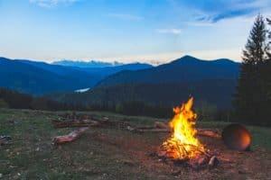 Lagerfeuer am Berg mit Blick und Aussicht auf einen Fluss und den Wald