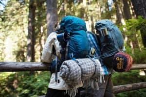 Wanderung mit Wanderrucksack im Wald