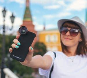 Influencer Kamera Handy Selfie VanLife Stadt Mädchen scaled e1618729369350