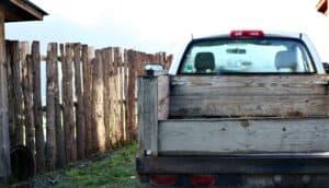 Schlafen auf der ebenen Ladefläche eines Pritschenwagen (Pick-up)