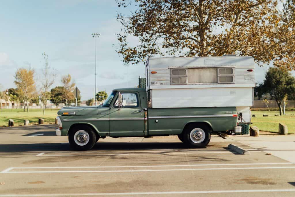 Schlafen in einer Wohnkabine auf der Ladefläche eines Pick-up Trucks