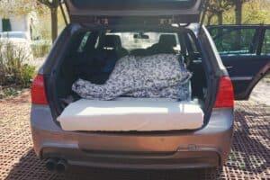 Standard-Matratze (200 x 80 cm) im Auto-Kofferraum meines Kombis BMW 3er Touring zum Schlafen