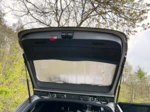 Frostschutzabdeckung als Sichtschutz am Autofenster der Heckklappe