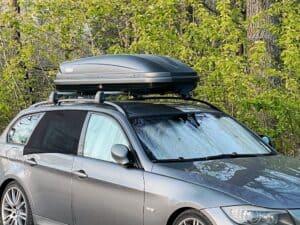 BMW 3er Touring E91 als Campingauto mit Thule Pacific 600 Dachbox und Moskitonetz