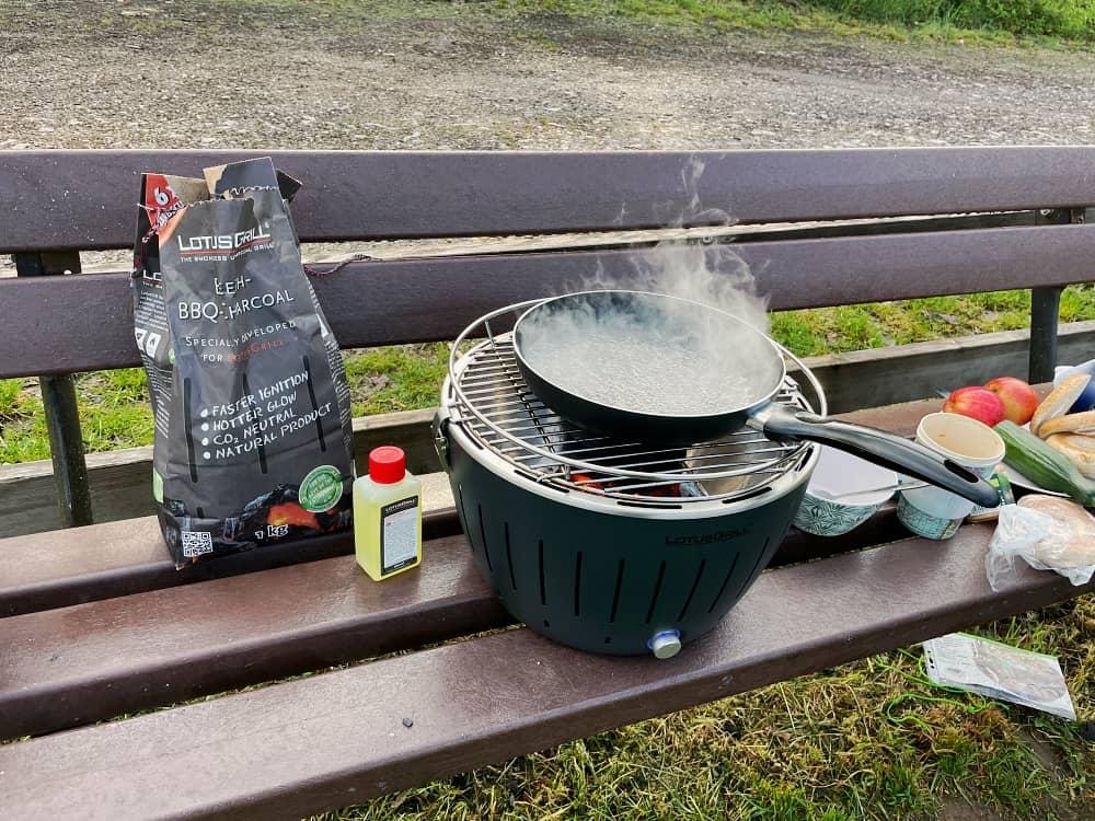 Lotusgrill mit Kohle und Brennpaste zum Grillen, Kochen und Nahrungszubereitung beim Camping im Auto