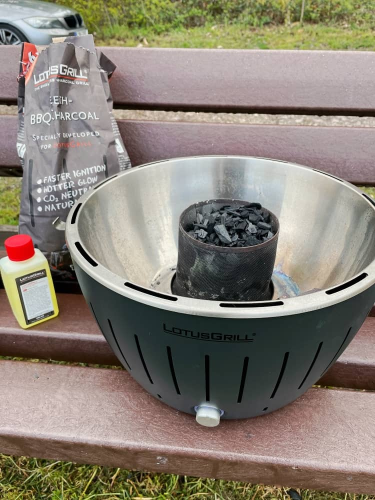 Lotusgrill ohne Grillgitter zum Befüllen des Kohlekorbs und verteilen und Anzünden der Brennpaste zum Grillen und Kochen
