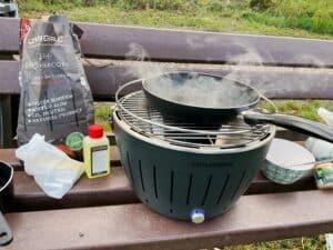Lotusgrill zum Grillen, Kochen und Nahrungszubereitung beim Camping im Auto