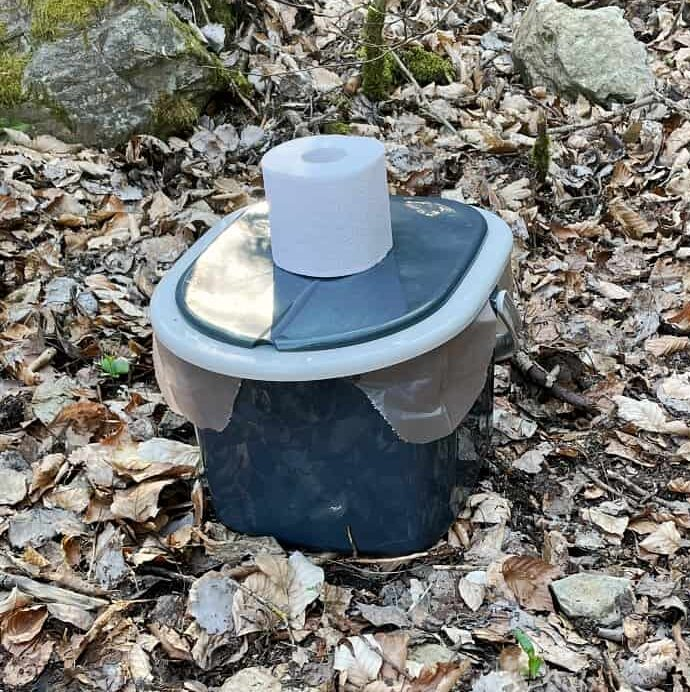 Mobile Campingtoilette Wald Toilettenpapier e1625483295674