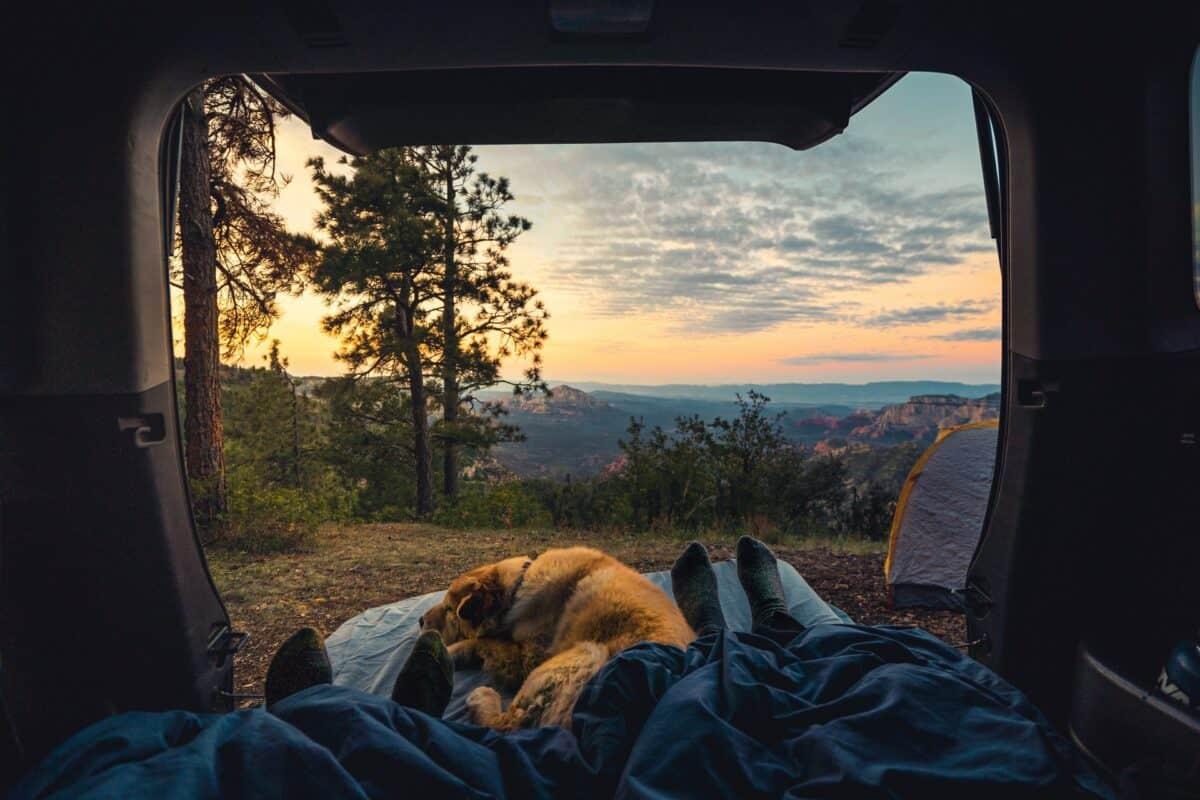 Schlafen im Auto Kofferraum mit Matratze
