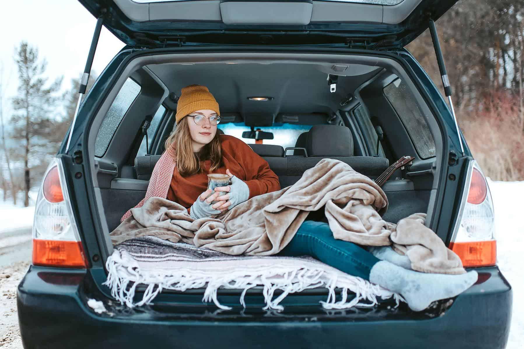 Schlafen im Auto Kofferraum
